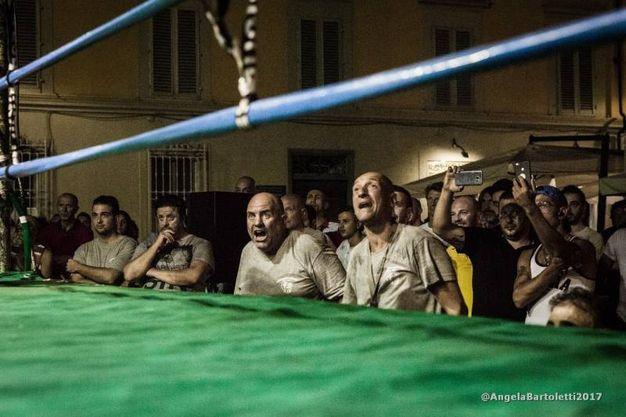 L'incontro di box in piazza (Foto Angela Bartoletti)