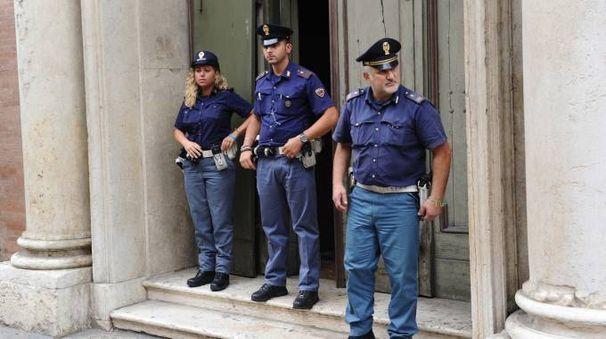 La polizia davanti alla chiesa di San Vicenzo la mattina in cui è stato scoperto del furto