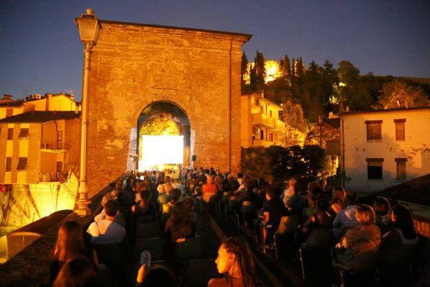 Migliaia di persone in centro per la Notte del cinema (foto Ravaglia)