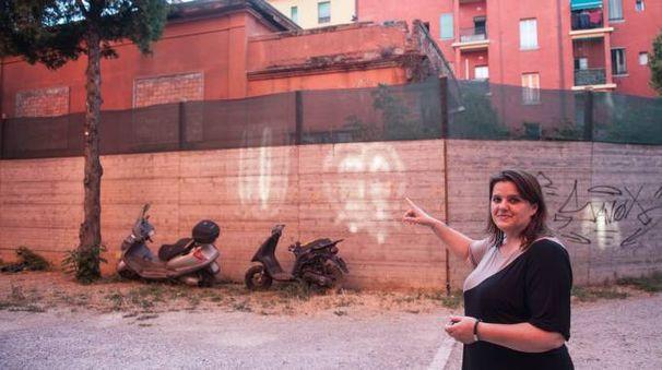 Luciana Menghetti, residente in via Zampieri, mostra il rudere da cui sbucano grossi ratti