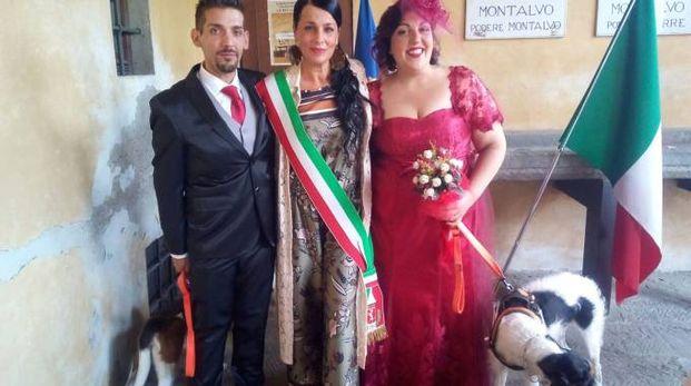 Simone, Sonia, Eva e i cani alle nozze a villa Montalvo
