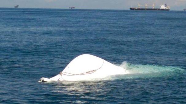 L'imbarcazione trovata capovolta al largo