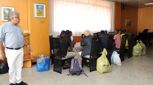 I profughi arrivati ieri in città e lasciati dal bus di Seta molto distanti dall'hotel Tiby
