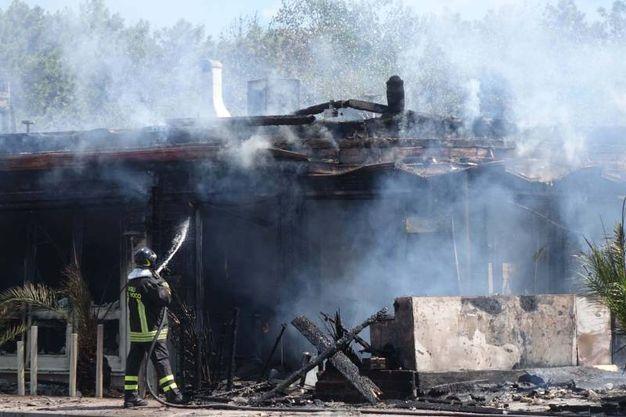 Le fasi di spegnimento dell'incendio (Foto Umicini)