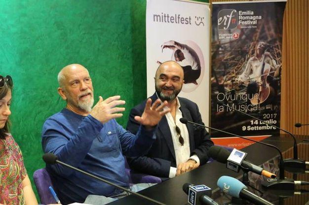 L'attore statunitense John Malkovich e il direttore artistico dell'Emilia Romagna Festival, Massimo Mercelli, nella sala Business Lounge dell'aeroporto Marconi (foto Schicchi)