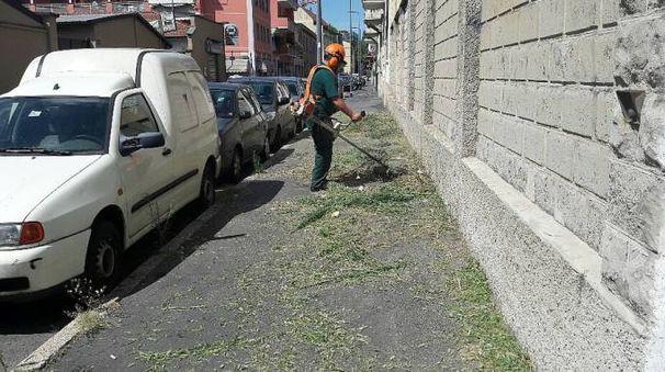 Gli operatori Amsa al lavoro nei quartieri periferici