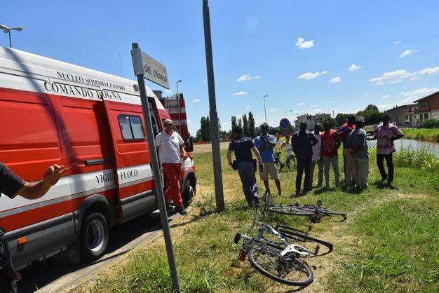 La bicicletta dell'uomo trovato cadavere è stata recuperata in un canale all'altezza di via del Chionso (foto Artioli)