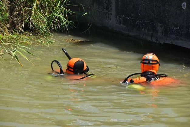 I sommozzatori alla ricerca del 64enne di Massenzatico, trovato poi cadavere (foto Artioli)