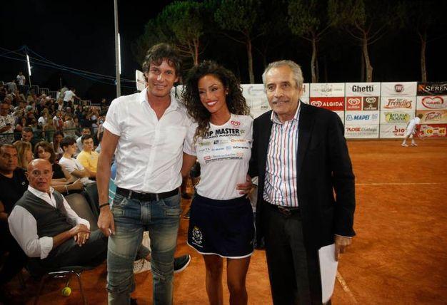 Raffaella Fico tra Patrick e Mario Baldassari e Arrigo Sacchi, seduto (foto Corelli)
