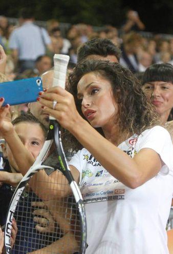 Raffaella Fico e i selfie con i fan (foto Corelli)