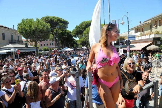 La pornodiva Filomena Mastromarino, in arte Malena, è la madrina del Biker Bikini Benefit 2017 (foto Ravaglia)