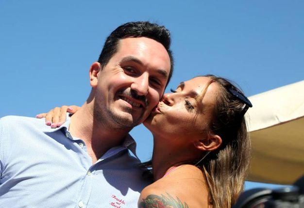 Il bacio tra Malena e il sindaco Gozzoli (foto Ravaglia)