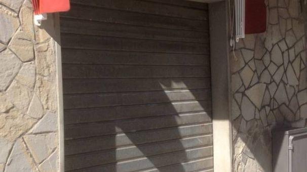 SVUOTATA Ecco la saracinesca abbassata della Oreficeria Fabbri di via Marconi a San Piero in Bagno. Il colpo messo a segno ha un valore di circa 70mila euro