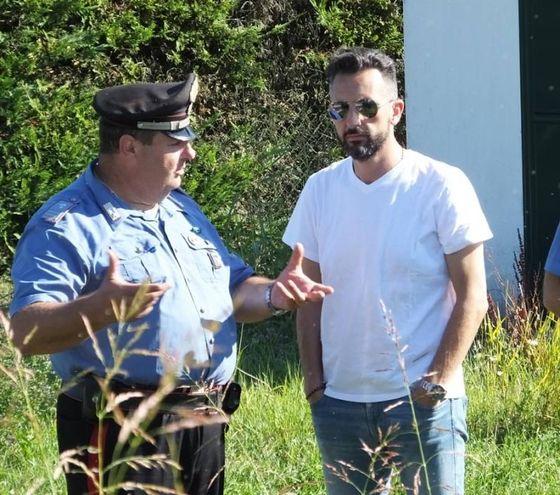 Il sindaco di Luzzara parla con i carabinieri (foto Lecci)