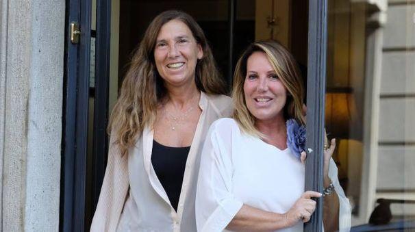 Anna e Paola Persiani, le titolari del negozio Vera Persiani in via Guido di Arezzo 11 (Newpress)