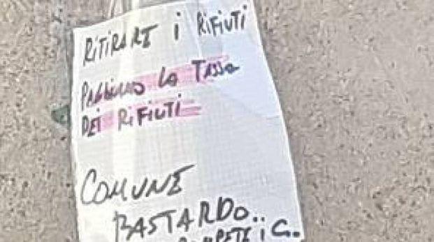 Il cartello che accusa il comune