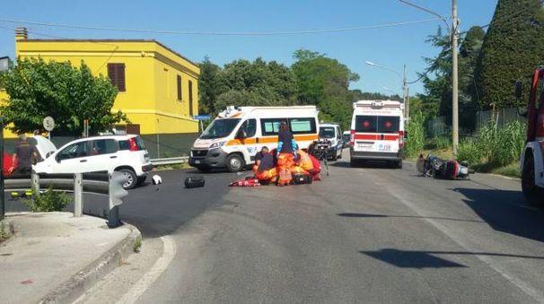 Soccorsi dopo l'incidente (Foto Santini)
