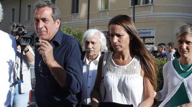 Marita Comi, moglie di Massimo Bossetti, e il consulente Ezio Denti