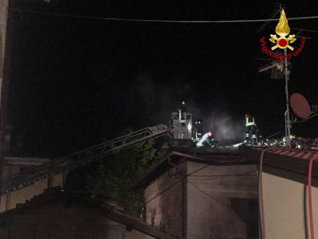 Le fiamme hanno interessato tre case
