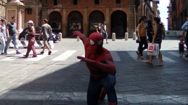 Spiderman sotto le Due Torri