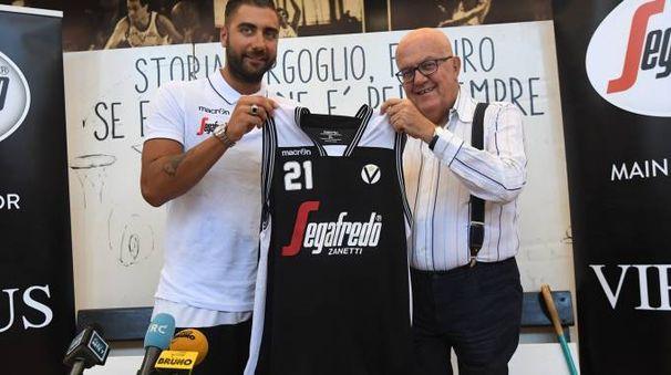 Pietro Aradori con il presidente Bucci (foto Schicchi)