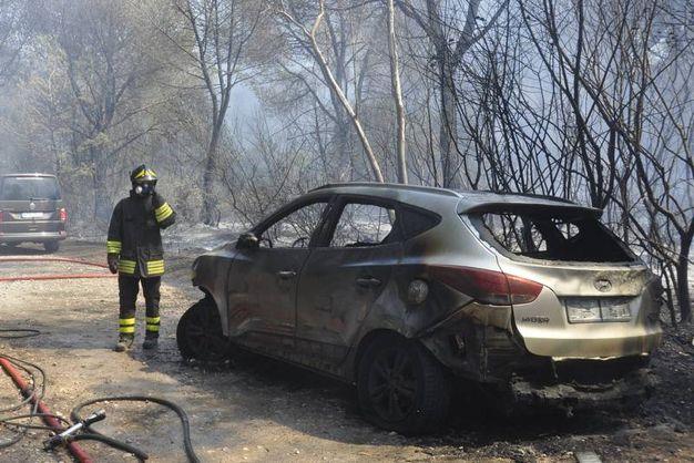 La scena del nuovo incendio di auto (Foto Aprili)