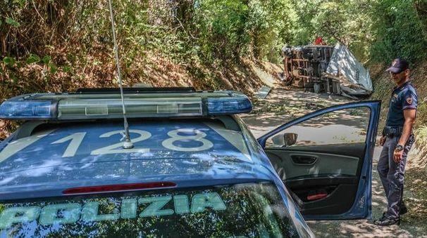 La polizia; sullo sfondo, il furgone rubato