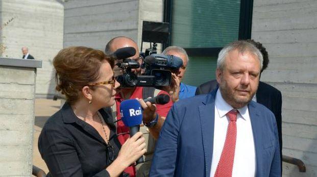 L'ex sindaco Simone Uggetti all'uscita dal Tribunale