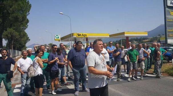 I dipendenti occupano la strada