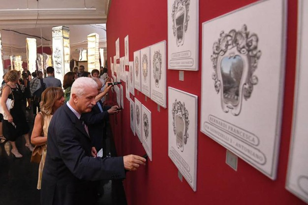 """Tanta curiosità per gli aspetti segreti di Bologna, raccontati nella mostra """"Bologna Experience"""" (foto Schicchi)"""
