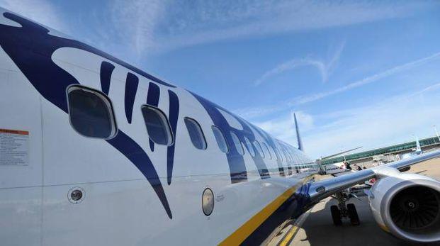 Un aereo della Ryanair: presto la compagnia tornerà a Rimini (foto Newpress)