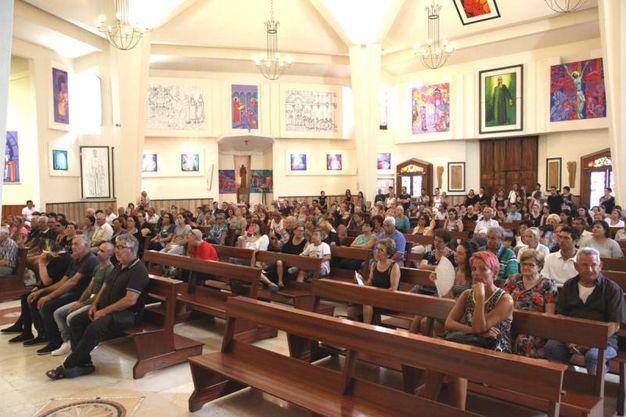 Tanta gente in chiesa per l'ultimo saluto a Francesca Galazzo (Foto Sgattoni)