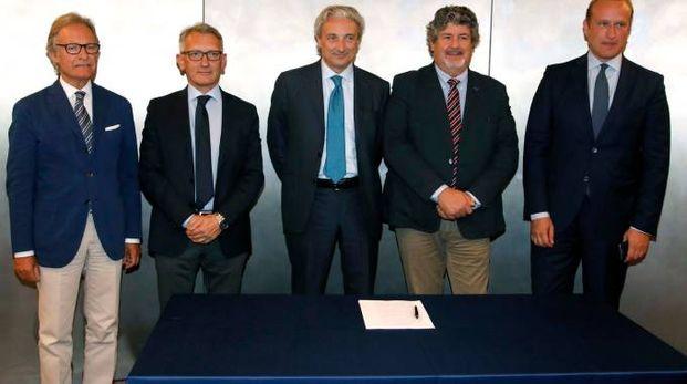 La firma dell'accordo (Fotolive)