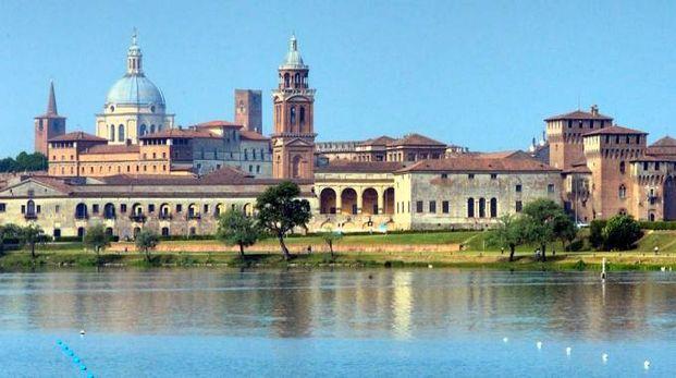 Il profilo di Mantova visto dal lago