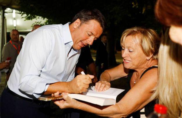 Matteo Renzi firma la copia del suo libro alla festa dell'Unità di Bosco Albergati (foto Fiocchi)