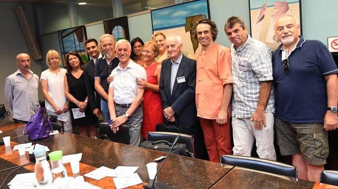 Il regista Matteo Belli, la presidente del consiglio regionale Simonetta Saliera e alcuni degli 85 narratori (Schicchi)