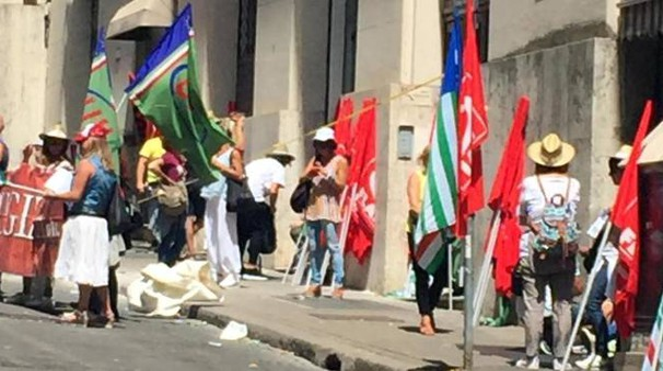 Perugina, i lavoratori protestano davanti la sede del Mise a Roma (foto Ansa)