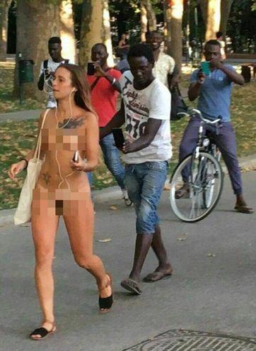 Ragazza gira nuda per strada a Bologna, suscitando la curiosità della gente