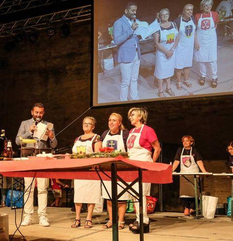 Palio dei bracieri, sfida in cucina, le tre finaliste: da sinistra Adele Sabatini, Roberta Eureli e Paola Girolomoni (Fotoprint)
