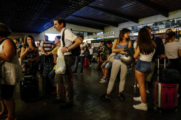 Falso allarme bomba sul treno per Napoli: stazione di Santa Maria Novella nel caos per ore (Cabras/New Press Photo)