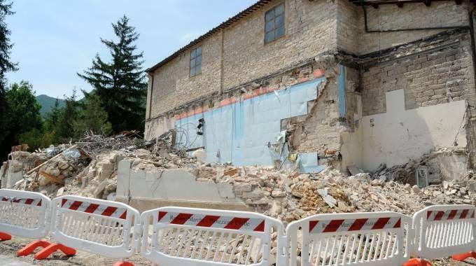 DANNI Una casa demolita dopo le scosse a Pieve Torina (foto Calavita)