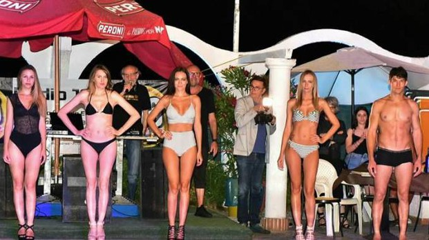 Modelle e indossatori a bordo piscina