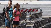 Turisti in piazza Maggiore sotto il solleone (foto Ansa)