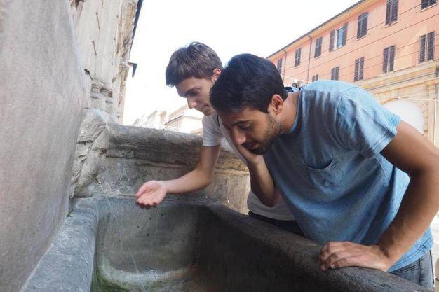 Si cerca refrigerio nelle fontane (foto Ansa)