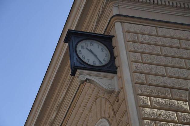L'orologio in stazione fermo alle 10.25 (Foto Schicchi)