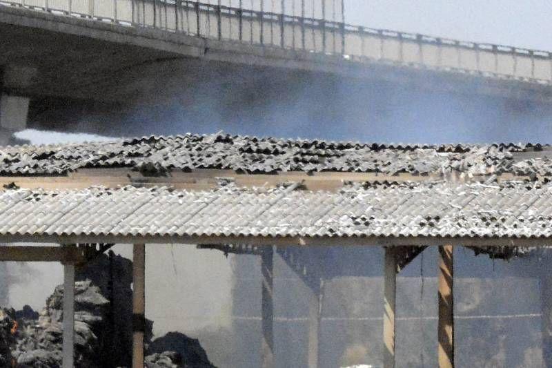 Le operazioni di bonifica dello stabilimento che ha preso fuoco due giorni fa a San Martino (foto Aprili)