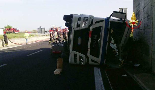 A seguito dell'incidente, l'autista del mezzo è rimasto ferito