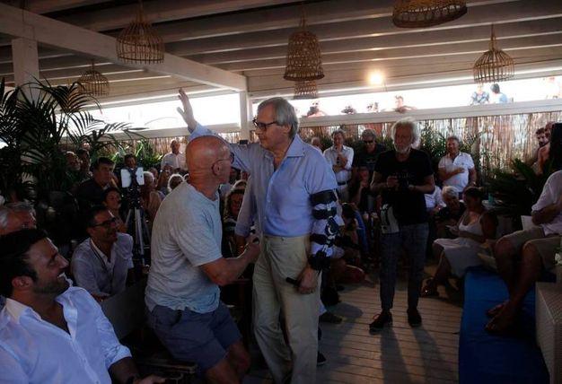 Sgarbi si presenta con il tutore al braccio (foto Corelli)