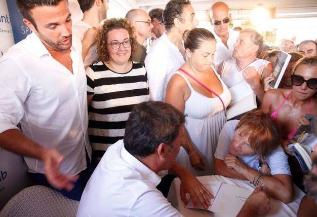 La firma degli autografi (foto Corelli)