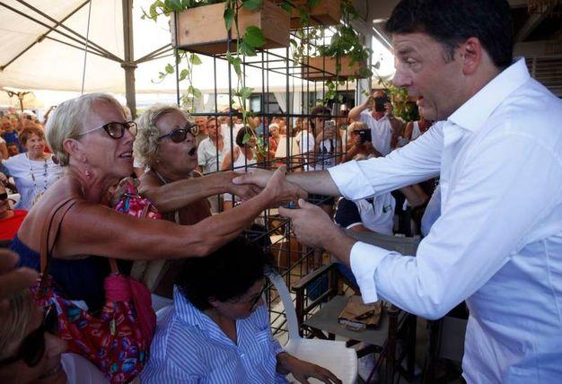 Tante persone per vedere da vicino Renzi (foto Corelli)